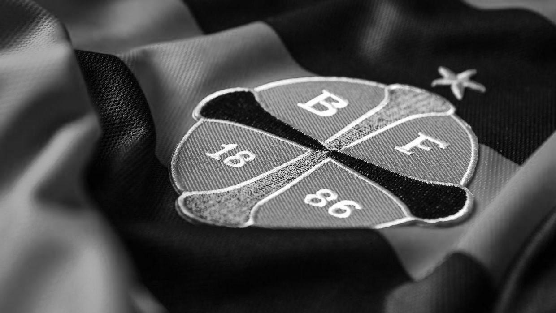 Logo på trøje (sort/hvid)