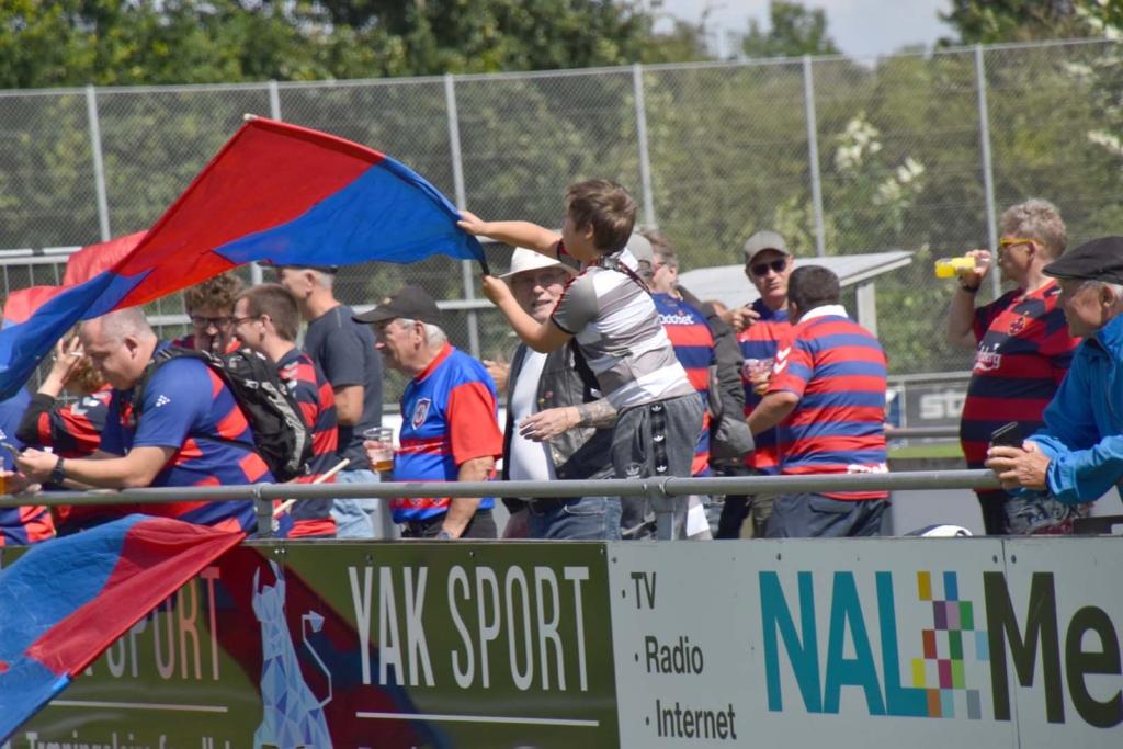Mange supportere havde taget turen til Næsby - Foto Preben Pathuel